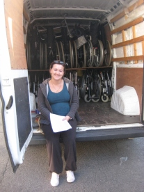 Laetitia (et ses jumeaux) accueille les voiturettes qui feront la route en camionnette