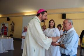 Monseigneur et Charles qui reçoit la médaille au nom de Dany